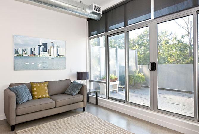 Aproveite as portas e janelas de vidro para decorar o ambiente!
